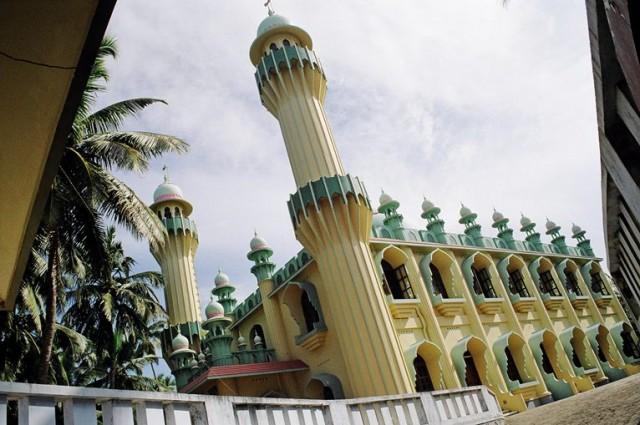 Красивая мечеть минутах в 15 хода от Варкалы к северу.