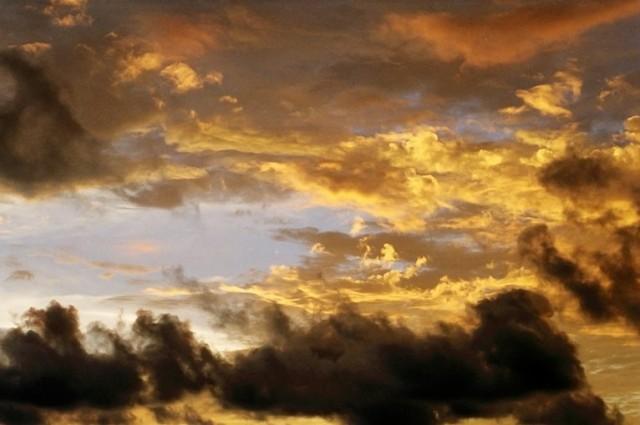 Будто кто то рисует с обратной стороны неба