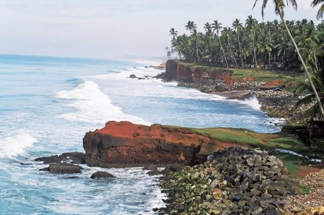 Утром океан ярко голубой - такие виды открываются, если идти от Варкалы на север
