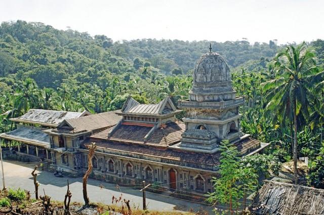 Индуистский храм - не часто встретишь в Гоа