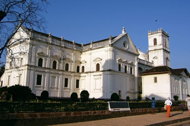 Один из 4-х близкостоящих храмов