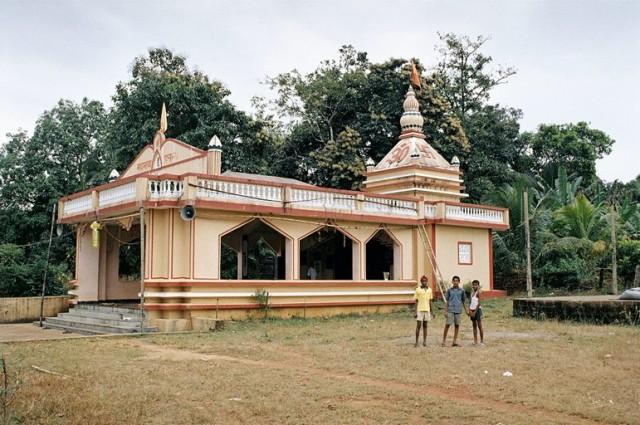 Храм в деревне в окрестностях водопада и дети