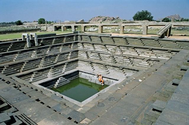 А также пирамиды обратные! - венец громадной водосборной системы города.