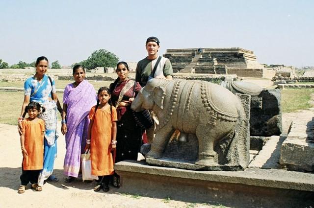 Индусы интересуются историей своей страны, а гранитный слон *поёт* - издает явно слышную протяжную ноту, если ударить по слону монетой. Второй слон рядом - на вид такой же - но петь отказывается )