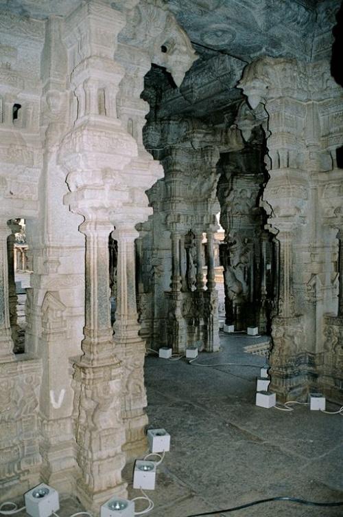 Гранитные колонны и барельефы потрясающи