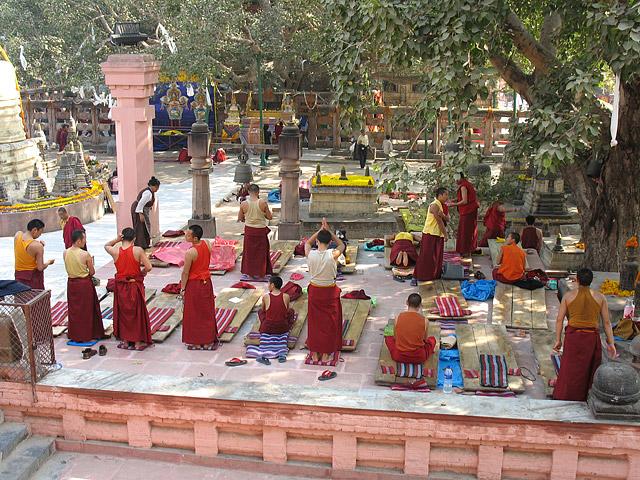 Буддистские монахи совершают поклоны - определенное количество раз по обету