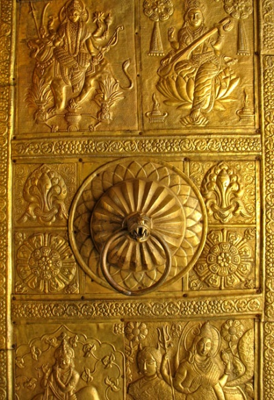 двери храма - шедевр сам по себе