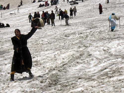Вот так отдыхают индийские туристы на перевале Ротанг. Скопом. В сером снегу.