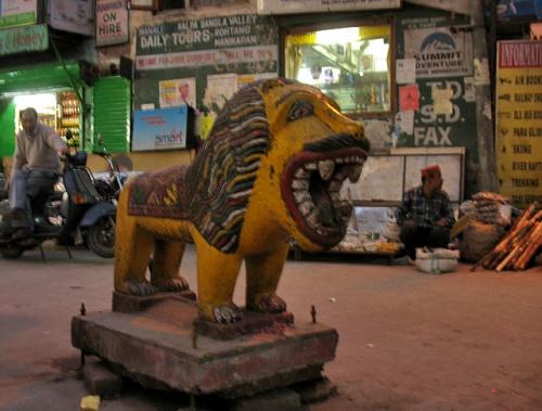Лев у храма Дурги. Манали