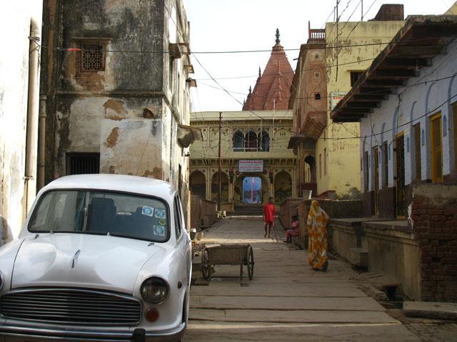 дорога в храм Радха-Раман