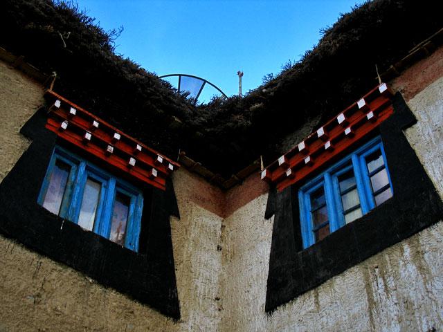 Окна. Вот такая характерная черная окантовка окон у домов в долине Спити, Ладаке и Тибете.