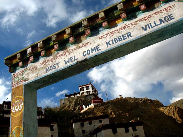 """...а потом уже ворота - """"Добро пожаловать в Киббер!"""""""