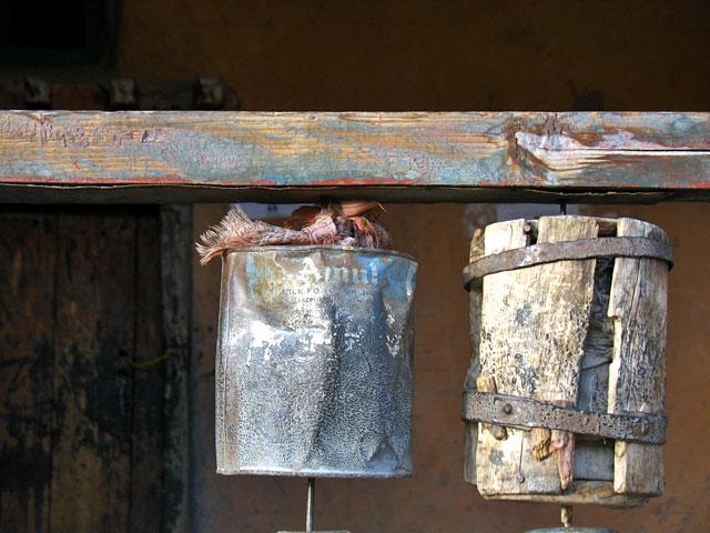 Еще один прикол: молитвенные барабаны в этом храмике сделаны из жестяных банок из-под продукции индийского пищевого гиганта фирмы Amul.