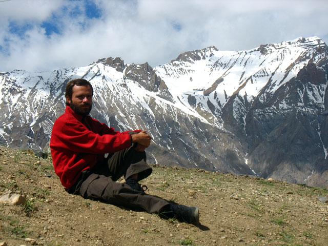 Саня на фоне гор