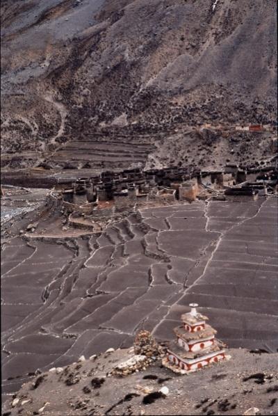 Ступа, поля и селение Чхарка в Долпо