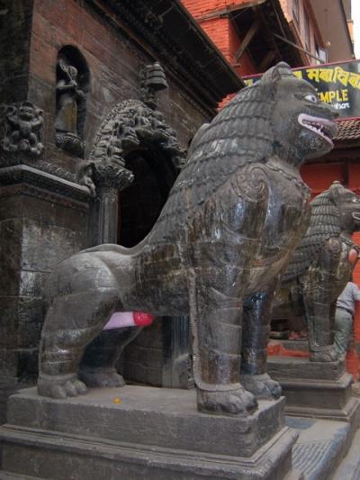 У входа в золотой храм
