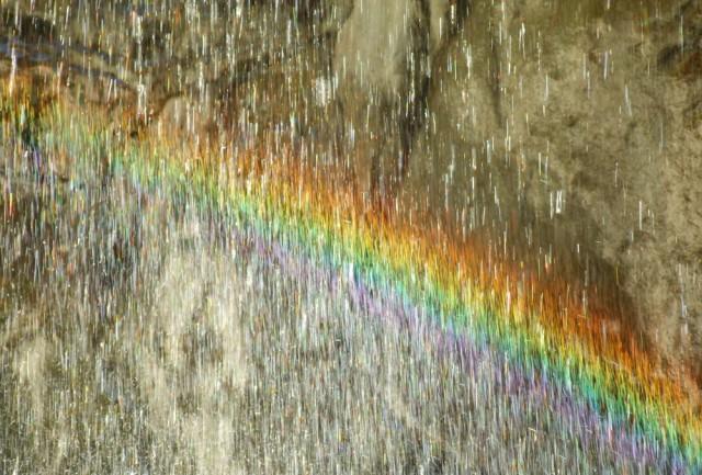 Радуга в маленьком водопадике