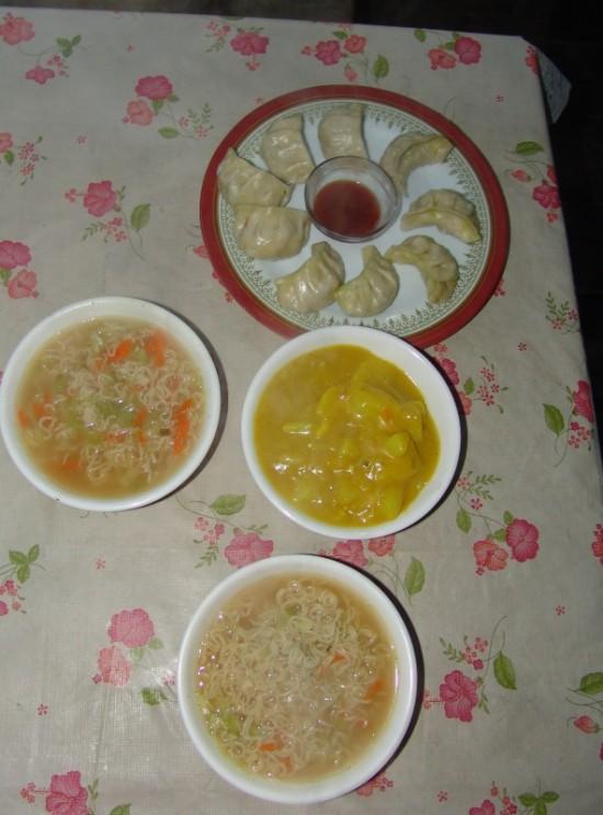 суп с лапшой, мо-мо и картошка