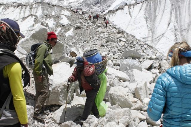Носильщик с отходами спускается с базового лагеря Эвереста