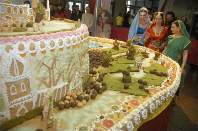 Киевские кришнаиты приготовили сладкий торт-гору Говардхан