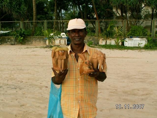 Продавец сувениров на пляже.