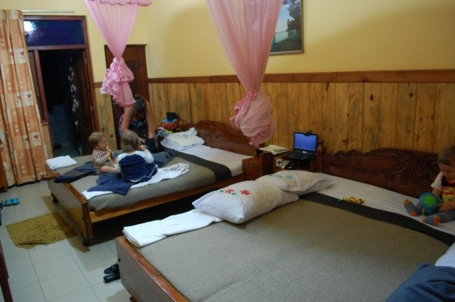 Четверо взрослых и трое детей уютно разместились